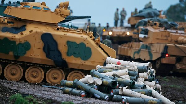 Подготовка турецких военных к боевым действиям недалеко от границы с Сирией. Архивное фото