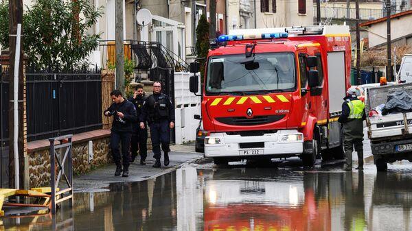 Пожарная автомашина на одной из затопленных улиц в Париже, из-за прошедших ливневых дождей