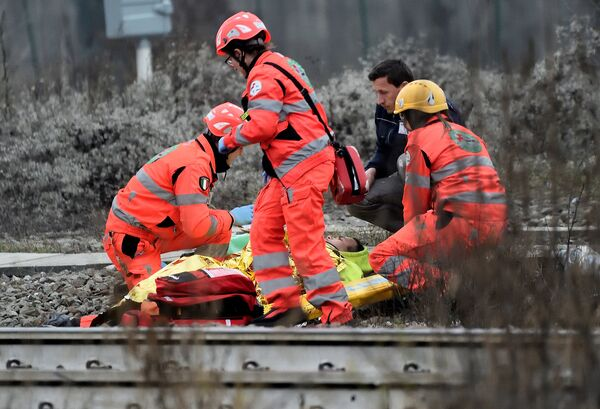 Спасатели на месте крушения поезда на окраине Милана, Италия. 25 января 2018 года