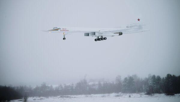 Модернизированный стратегический ракетоносец Ту-160М во время демонстрационного полета на аэродроме Казанского авиационного завода