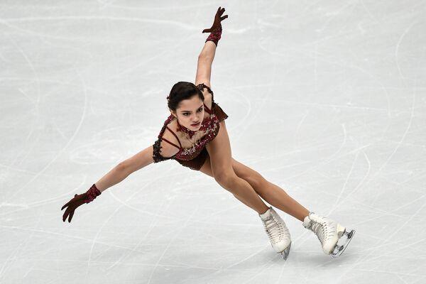 Евгения Медведева выступает в произвольной программе женского одиночного катания на чемпионате Европы по фигурному катанию в Москве