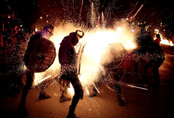 Участники фестиваля Correfocs в Пальма-де-Майорке, Испания