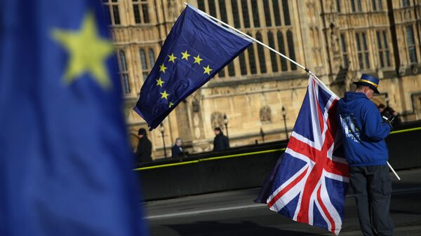 Демонстрант с флагами ЕС и Великобритании в центре Лондона. Архивное фото