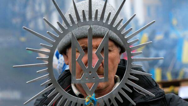 Мужчина с гербом Украины в Киеве