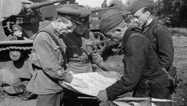 Командиры подразделений 64-й армии Сталинградского фронта сверяют маршрут
