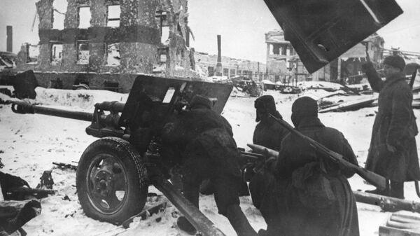 Советские артиллеристы во время одного из уличных боев в Сталинграде. Ноябрь 1942 года. Великая Отечественная война 1941-1945 гг. Из фонда Центрального музея Вооруженных Сил СССР в Москве