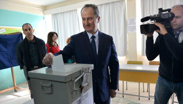 Представитель коммунистической партии АКЕЛ Ставрос Малас на избирательном участке в Никосии, Кипр. 28 января 2018