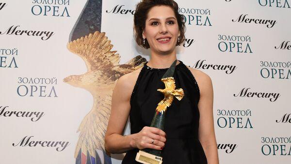 Актриса Ирина Горбачева, завоевавшая приз в номинации Лучшая женская роль в кино за фильм Аритмия, на церемонии вручения премии Золотой Орел. 26 января 2018
