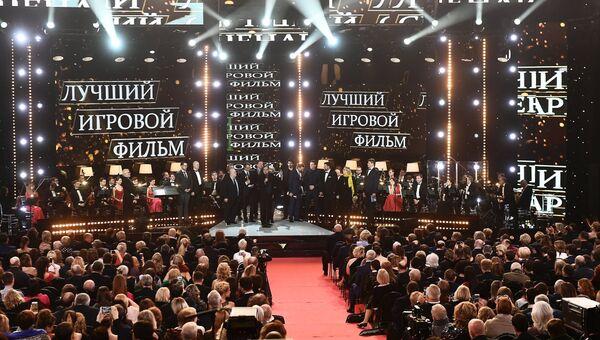 Победители в номинации Лучший фильм создатели фильма Салют-7 на церемонии вручения кинопремии Золотой орел. 26 января 2018