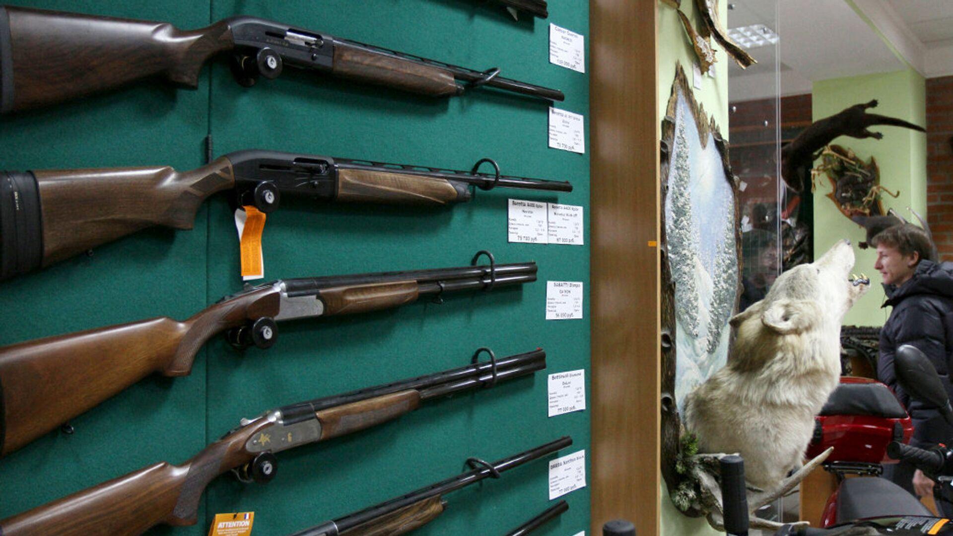 Образцы оружия на витрине оружейного магазина - РИА Новости, 1920, 17.05.2021