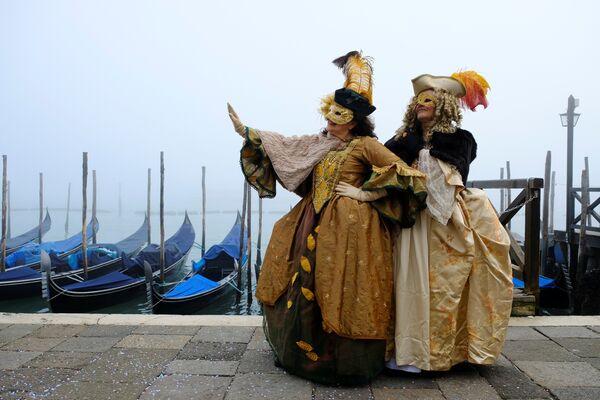 Участники Венецианского карнавала в Италии. 28 января 2018 года