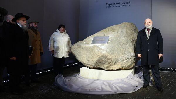Посетители у символического камня, на месте которого будет установлен памятник Героям сопротивления в нацистских лагерях и гетто, в Международный день памяти жертв Холокоста в Еврейском музее и центре толерантности в Москве