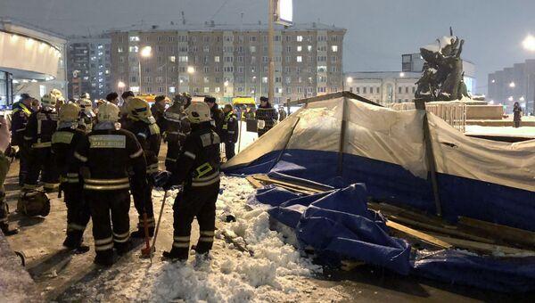 Спасатели на месте обрушения деревянных конструкций в подземном переходе у станции метро Улица 1905 года . 30 января 2018