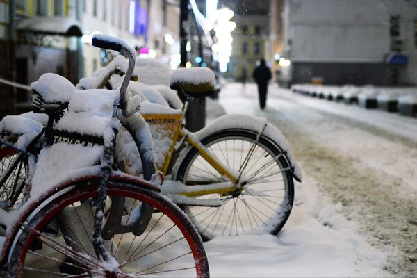 Велосипеды на тротуаре в Москве, занесенные снегом. 31 января 2018