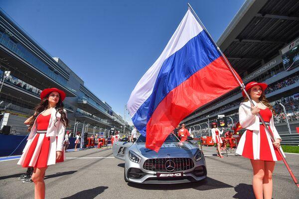 Грид-герлз перед стартом гонки на российском этапе чемпионата мира по кольцевым автогонкам в классе Формула-1