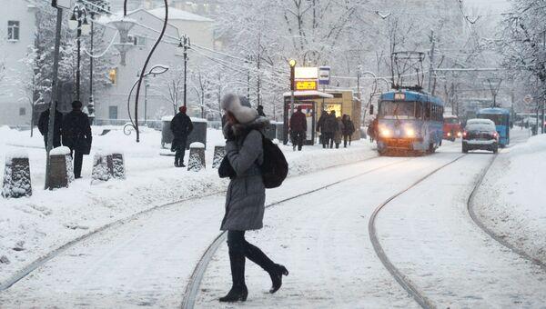 Девушка переходит трамвайные пути в Москве. Архивное фото