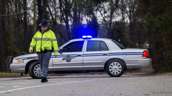 Сотрудник правоохранительных органов неподалеку от места столкновения пассажирского поезда компании Amtrak с грузовым железнодорожным составом в штате Южная Каролина, США. 4 февраля 2018