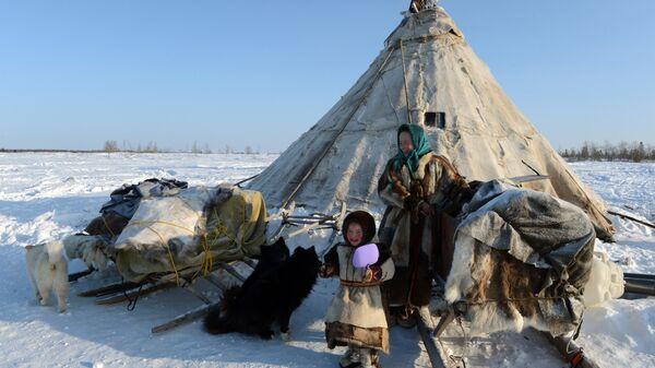 Кочевая семья у чума в стойбище в Надымском районе Ямало-Ненецкого автономного округа