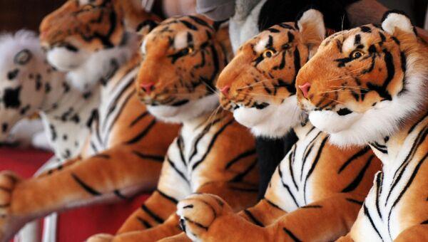 Мягкие игрушки тигров. Архивное фото