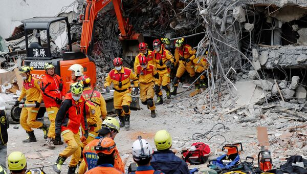 Спасатели на месте обрушения отеля в уезде Хуалянь на Тайване в результате землетрясения. 7 февраля 2018