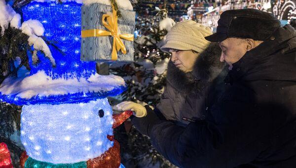 Юрий Захарченко и его супругой Антониной гуляют по Красной площади после операции по вживлению киберсетчатки.