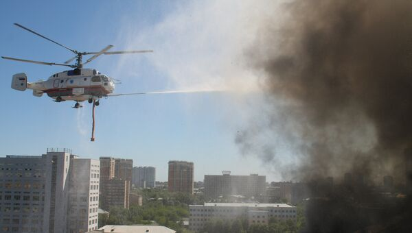 Вертолет Ка-32 тушит пожар за заводе Алмаз-Антей в Москве