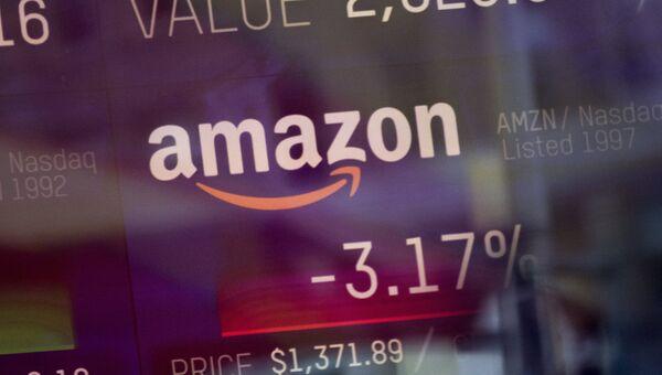 Индекс торговли компании Amazon, показаный на информационной панели биржи NASDAQ. 9 февраля 2018