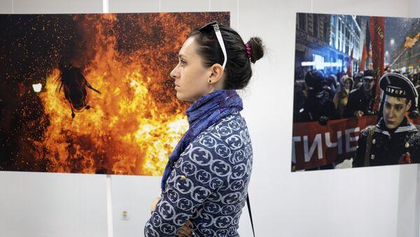 Посетительница на открытии выставки победителей Международного конкурса фотожурналистики имени Андрея Стенина в Краснодаре