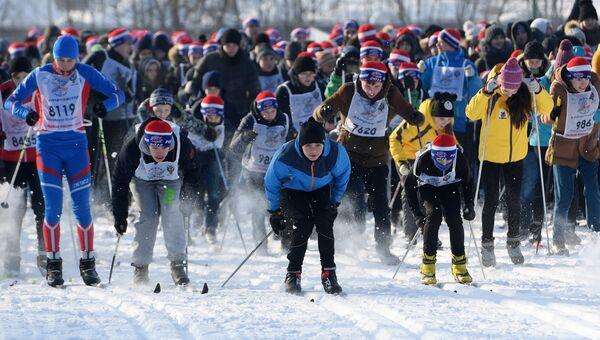Участники Всероссийской массовой лыжной гонки Лыжня России - 2018 в Горкинско-Ометьевском лесопарке в Казани. 10 февраля 2018