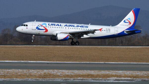 Самолет Airbus A320 авиакомпании Уральские авиалинии. Архивное фото