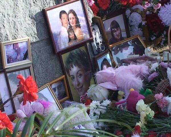 Люди продолжают нести цветы к месту падения Боинга -737