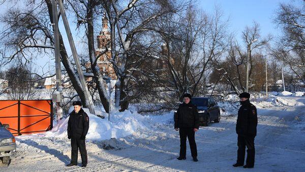Сотрудники правоохранительных органов в Раменском районе Московской области, где самолет Ан-148 Саратовских авиалиний рейса 703 Москва-Орск потерпел крушение. 12 февраля 2018
