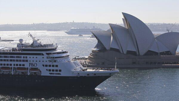 Круизный корабль компании P&O Cruises Australia проплывает мимо Сиднейского оперного театра