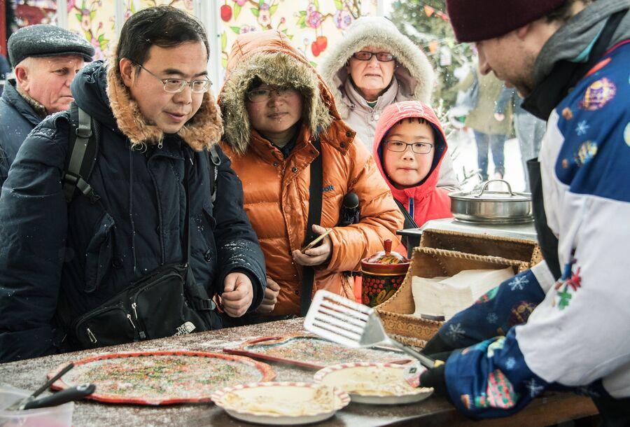 Туристы из Китая готовятся в первый раз попробовать русские блины