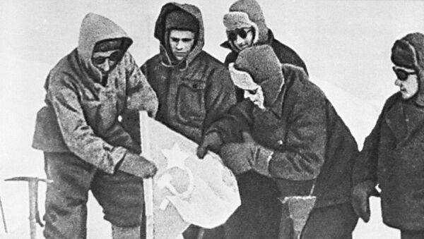 Установка советского флага на восточной вершине Эльбруса. Закавказский фронт, 17 февраля 1943 года