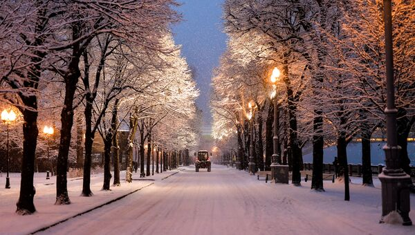 Снегоуборочная техника на аллее Парка Горького