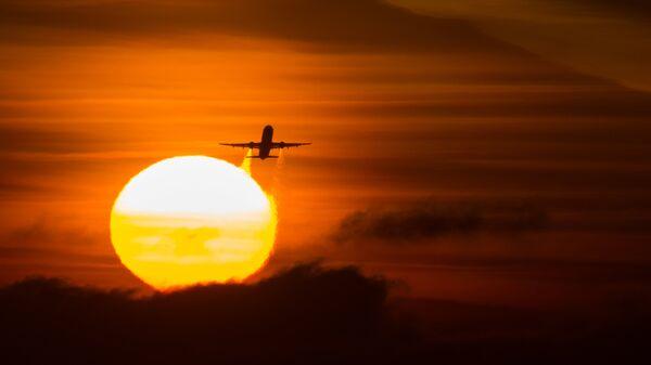 Летящий самолет Airbus A-321 авиакомпании Аэрофлот. Архивное фото.