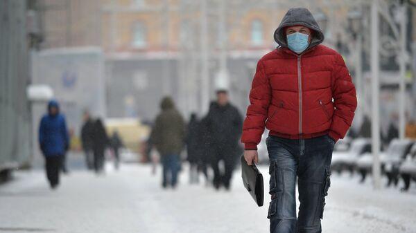Мужчина в защитной маске в Москве