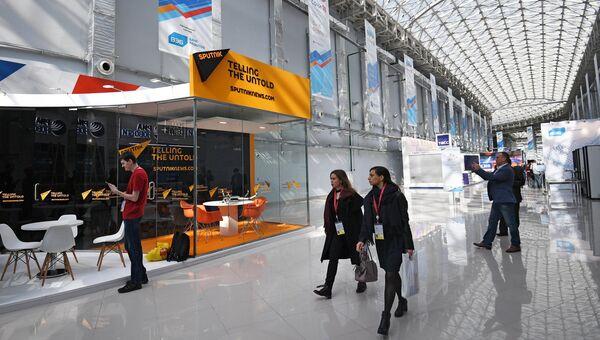 Павильон Международного информационного агентства и радио Спутник во время подготовки стендов к выставке в рамках Российского инвестиционного форума в Сочи