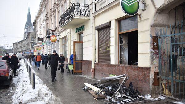 Прохожие на улице у отделения Сбербанка во Львове, подожженного радикалами. 14 февраля 2018