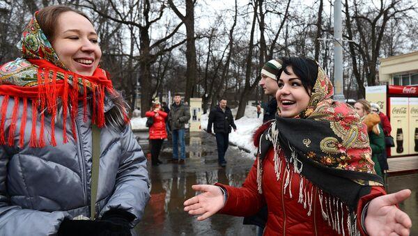 Девушки во время масленичных гуляний в парке Сокольники в Москве. Архивное фото
