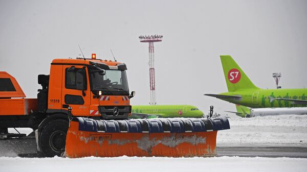 Снегоуборочная техника во время уборки в аэропорту Домодедово