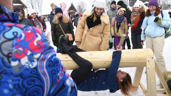Участники праздничных гуляний в Суздале, посвященных проводам Широкой Масленицы. 17 февраля 2018