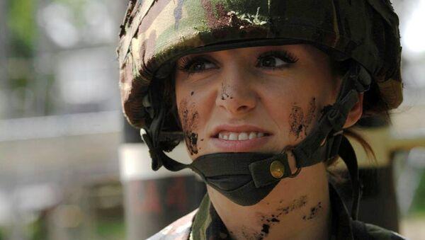 Победительница конкурса красоты Мисс Англия - 2009 Катрина Ходж во время прохождения службы в армии