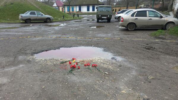 Цветы недалеко от Свято-Георгиевского храма в Кизляре, где 18 февраля местный житель открыл стрельбу из ружья по прихожанам