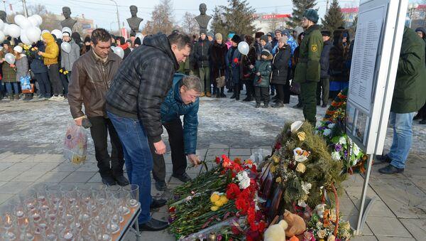 Участники акции Минута памяти в Сквере Славы города Орска, принесшие цветы и игрушки к вечному огню, в память о погибших в авиакатастрофе 11 февраля.