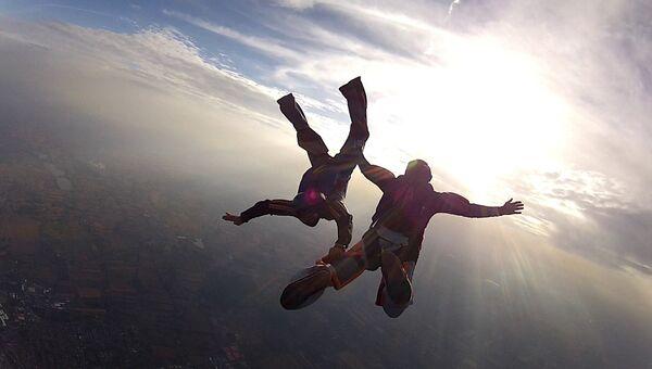 Прыжок с парашютом. Архивное фото