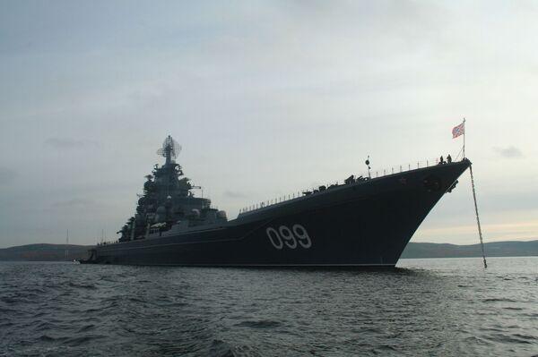 Флагман Северного флота, атомный ракетный крейсер Петр Великий вышел в море для участия в учениях
