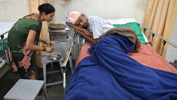 Сантал Пал и его жена в больнице города Мумбаи, Индия. 22 февраля 2018