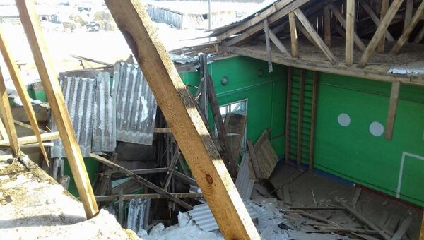 Обрушившаяся крыша спортзала школы в селе Альгинское
